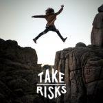 Pessoa a saltar um penhasco, a correr riscos.