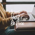 Pessoa a trabalhar em frente a um computador, e uma frase a dizer para trabalhar muito e ser bom para as pessoas.