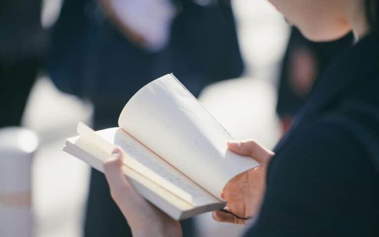 senhora a ler um livro, simbolizando que está a ler a história do excel