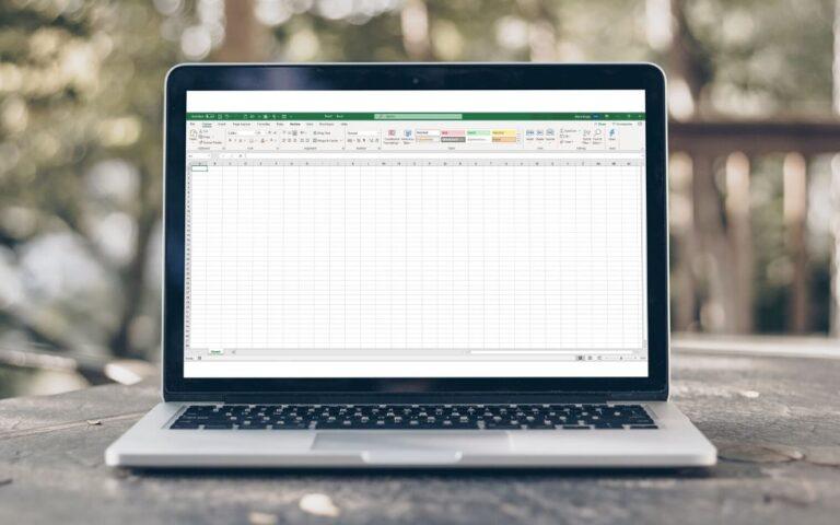 Computador com uma folha do Excel aberta com as gridlines ou linhas de grelha visíveis