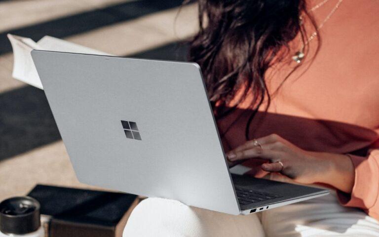 rapariga a trabalhar num computador surface
