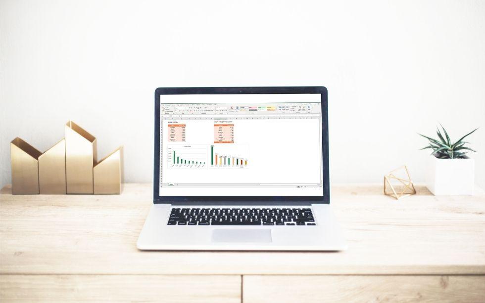 Secretária com um portátil com um gráfico personalizado no ecrã