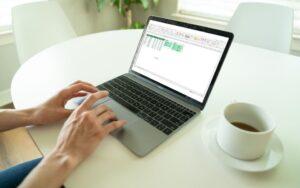 Secretária com um computador com uma folha de Excel com uma segmentação de dados