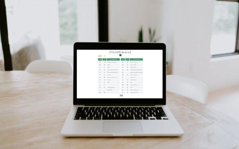 Computador com tabela de atalhos no Excel