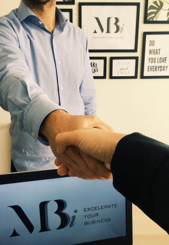 Duas pessoas a apertarem a mão